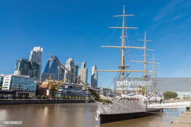 Ansicht von Neubauten und der Präsident Sarmiento Schiff bei Puerto Madero, Buenos Aires, Argentinien.
