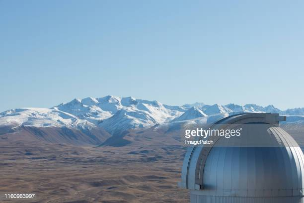 view of new zealand southern alps with astronomy dome in foreground - tékapo fotografías e imágenes de stock