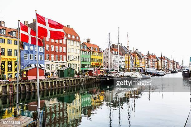 view of nyhavn canal - danemark photos et images de collection