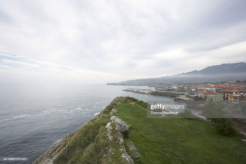View of ocean and town from cliff : Stockfoto