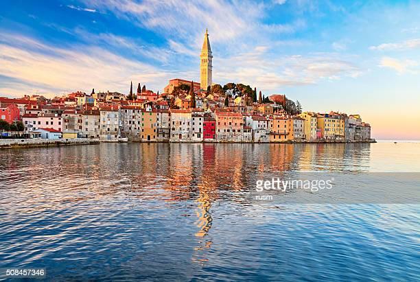 vista della città vecchia di rovinj, croazia - croazia foto e immagini stock