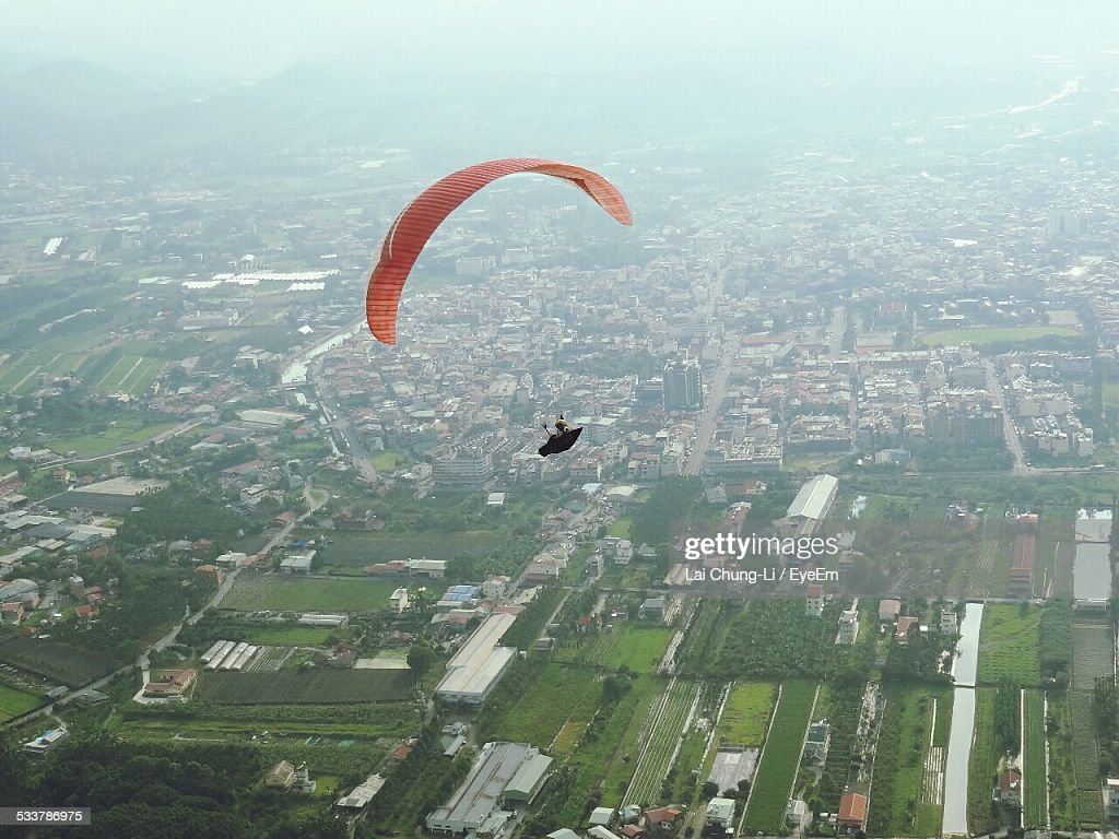 View Of Paraglide Over Town : Foto stock