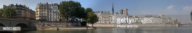 view of paris, edge of seine, island of the city and island saint louis, panorama - quayside stock pictures, royalty-free photos & images