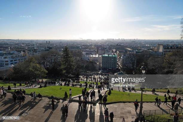 view of paris from the steps of sacre coeur basilica on a sunny christmas day.. - emreturanphoto stock-fotos und bilder