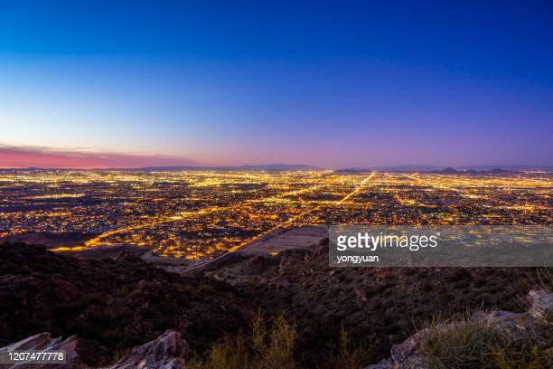 サウスマウンテンから夕暮れ時のフェニックスの眺め - アリゾナ州 フェニックス ストックフォトと画像