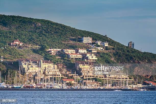 view of piriápolis harbor and san antonio hill - san antonio fotografías e imágenes de stock