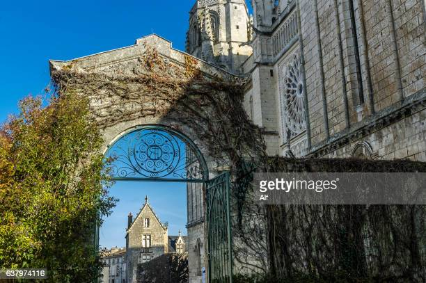 view of poitiers cathedral from southwest.  cathedrale st-pierre, poitiers , vienne, france - ポワティエ ストックフォトと画像