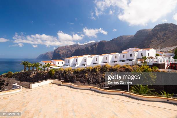 """view of """"puerto santiago"""" town, in south of tenerife island (canary islands, spain) - dähncke fotografías e imágenes de stock"""