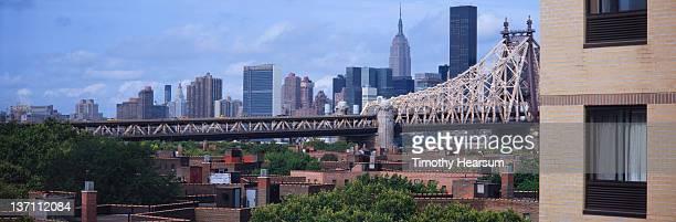 view of queensboro bridge and manhattan - timothy hearsum stock-fotos und bilder