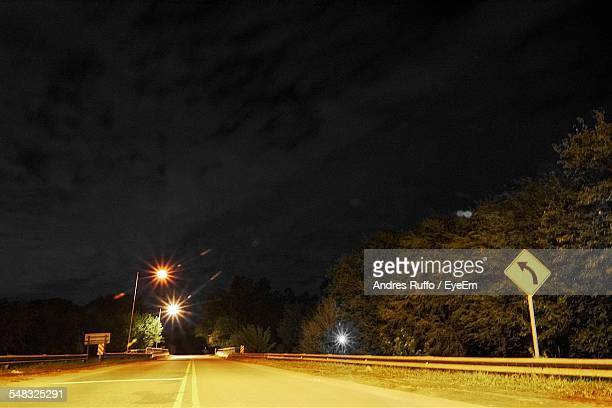 view of road at night - andres ruffo fotografías e imágenes de stock