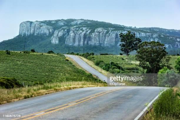 "view of rock formation ""cerro arequita"", near minas city, lavalleja department, uruguay - uruguay stock-fotos und bilder"