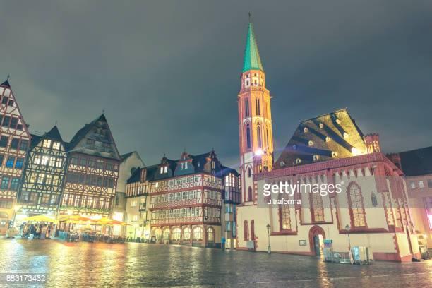 Blick auf Romerberg Platz mit Alte Nikolaikirche in Frankfut am Main in der Abenddämmerung