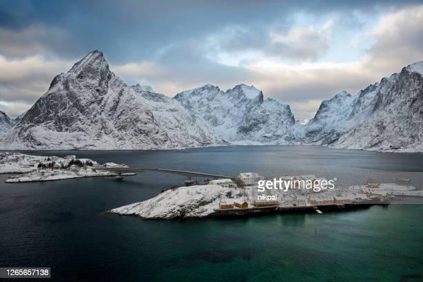 vista de sakrisoy en invierno en las islas lofoten - noruega - países del golfo fotografías e imágenes de stock