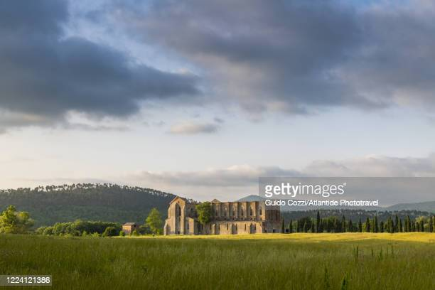 view of san galgano abbey, tuscany, italy - cisterciense - fotografias e filmes do acervo
