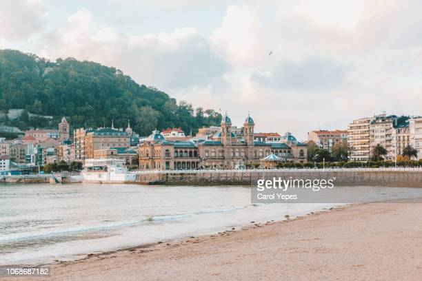 view of sandy beach of san sebastian (donostia) spain - países del golfo fotografías e imágenes de stock