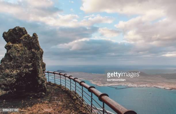 view of sea against cloudy sky - bortes photos et images de collection