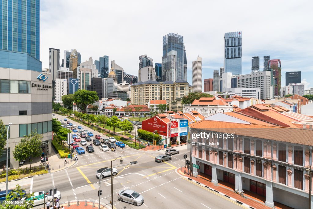 A view of Singapore Chinatown district with its colonial architecture and the business district skyline : Stock-Foto