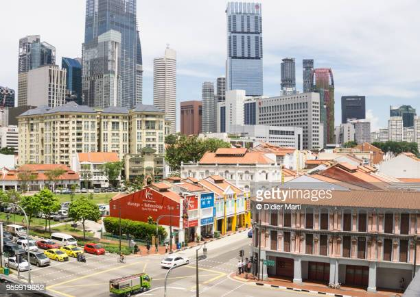 a view of singapore chinatown district with its colonial architecture and the business district skyline - didier marti stock-fotos und bilder