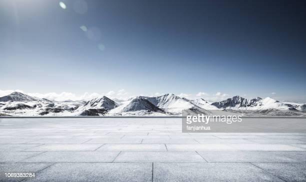 view of snow-capped mountains,tibet - hochplateau stock-fotos und bilder