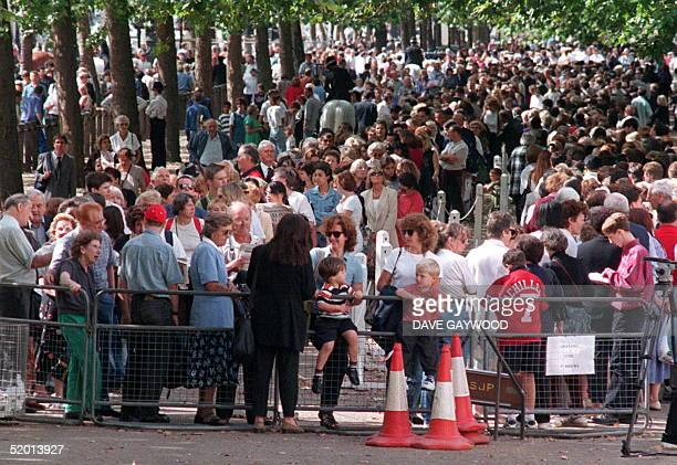 A view of some of the hundreds queuing up in The Mall here 02 SEP to sign the Book of Condolence at St James's Palace where Diana Princess of Wales...