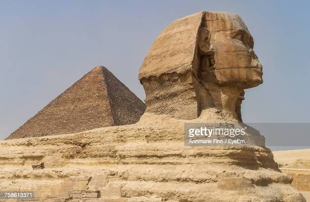 view of sphinx and pyramid - antico egitto foto e immagini stock