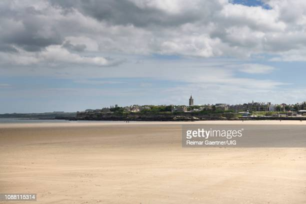 view of st andrews city skyline from wide west sands beach used in movie chariots of fire on the north sea fife scotland uk - セントアンドルーズ大学 ストックフォトと画像