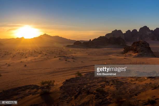 view of sunset in wadi rum desert, jordan - paisajes de jordania fotografías e imágenes de stock