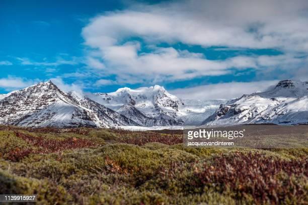 南アイスランドの svinafellsjokull と周辺の山々の眺め - バトナ氷河 ストックフォトと画像