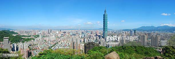 view of taipei skyline on a cloudless sunny day - taipei 101 個照片及圖片檔