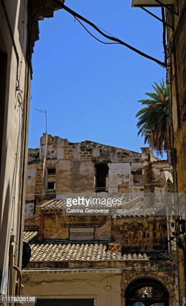 view of terra cotta rooves on old residential homes in central palermo, sicily, italy. photographed on july 31, 2019. - herpes zoster fotografías e imágenes de stock