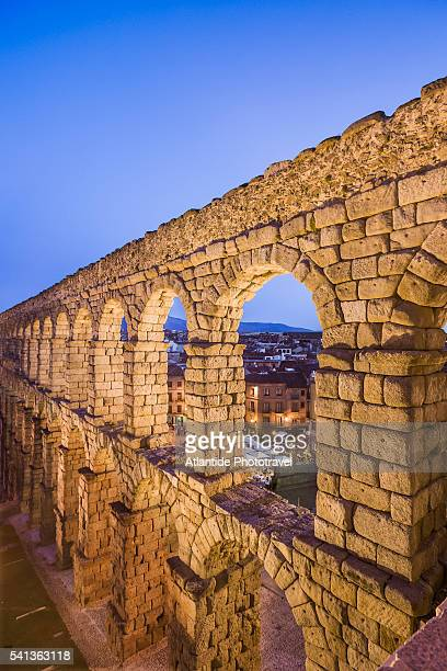 view of the acueducto romano (roman aqueduct) - segovia stock pictures, royalty-free photos & images