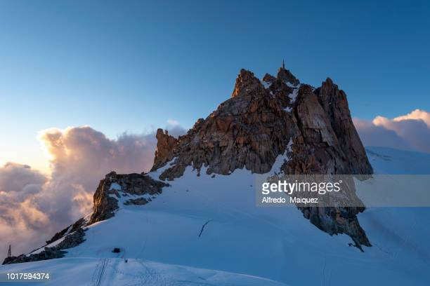 view of the aiguille du midi and the beginning of the route on the edge of arete des cosmiques, mont blanc mountain massif, haute savoie, french alps, france - valle blanche fotografías e imágenes de stock