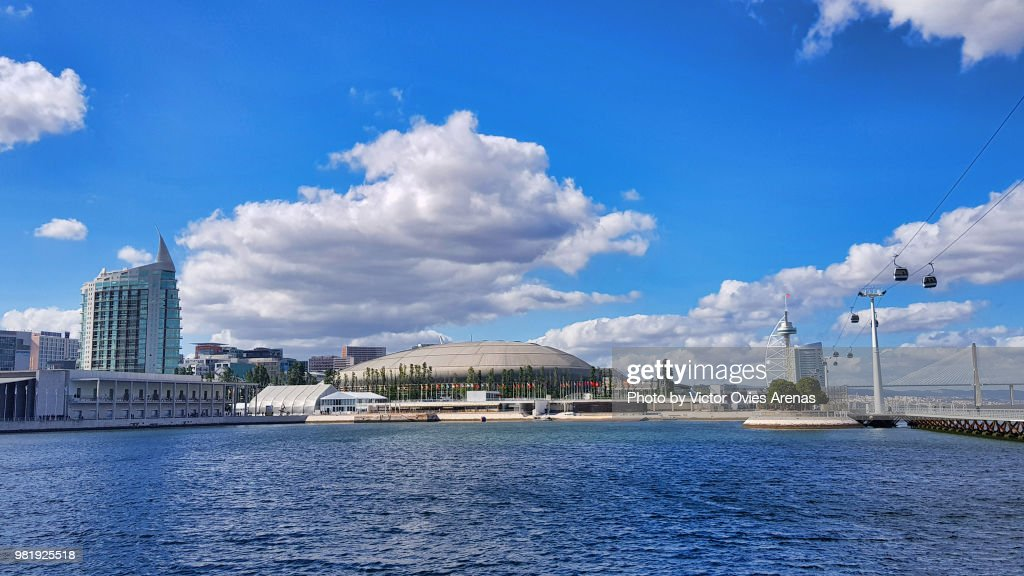 View of the Altice Indoor Arena and cable car alongside the Tagus River in the Parque das Naçoes in Lisbon, Portugal : Foto de stock