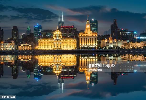 vista sobre o bund à noite - rio huangpu - fotografias e filmes do acervo