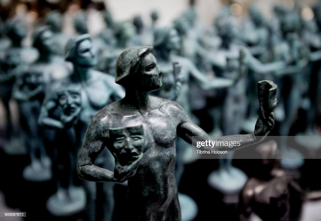 The 24th Annual Screen Actors Guild Awards - Pouring Of Actor Statuette : Nieuwsfoto's