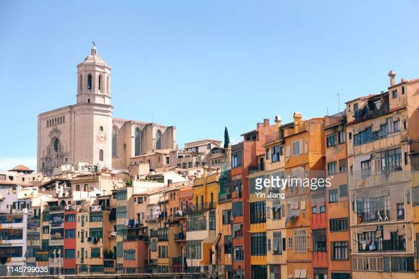view of the cathedral of girona over colorful houses besides the river onyar in girona, catalonia, spain - gerona city stock pictures, royalty-free photos & images