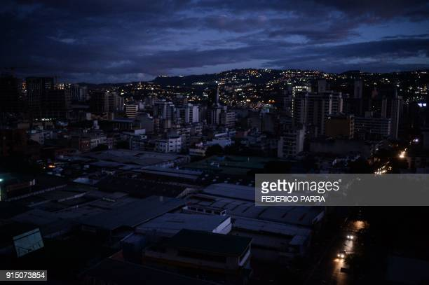 TOPSHOT View of the Chacao neighborhood during a partial power cut in Caracas on February 6 2018 / AFP PHOTO / FEDERICO PARRA