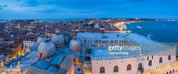 uitzicht op de koepels van de basiliek van san marco, venetië, italië - cupola stockfoto's en -beelden