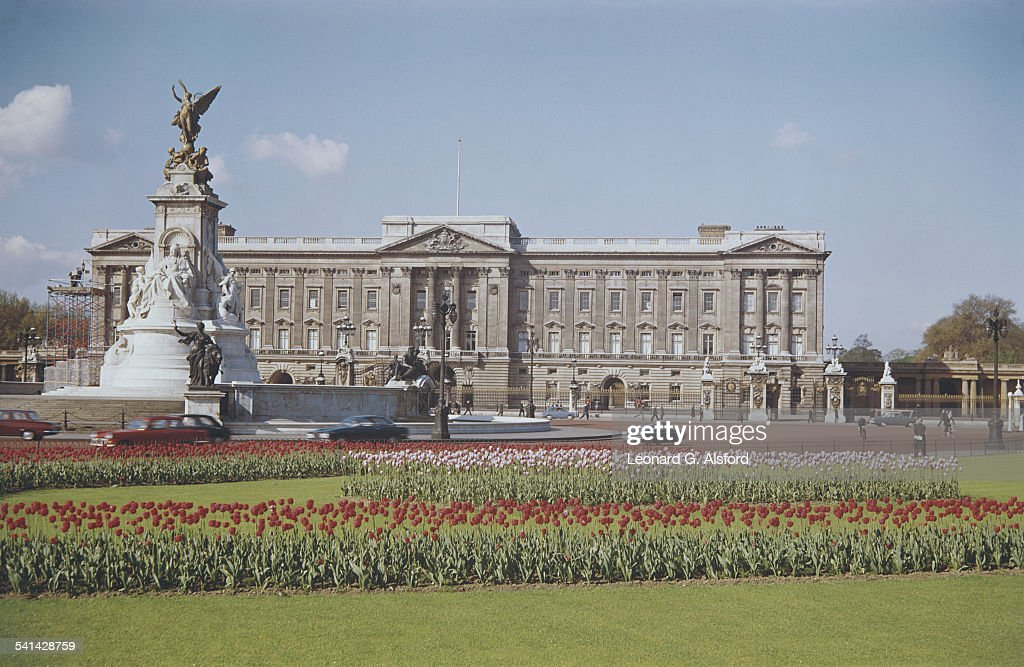 A view of the east wing of Buckingham Palace and the Victoria Memorial, London, circa 1960.