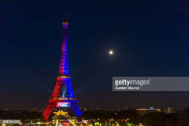 21 Photos Et Images De The Eiffel Tower Is Illumined In The Colors Of Psg To Welcome Neymar Getty Images