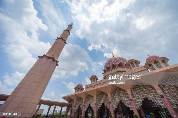 a view of the entrance of the putra mosque situated in the malaysian city of putrajaya - shaifulzamri foto e immagini stock