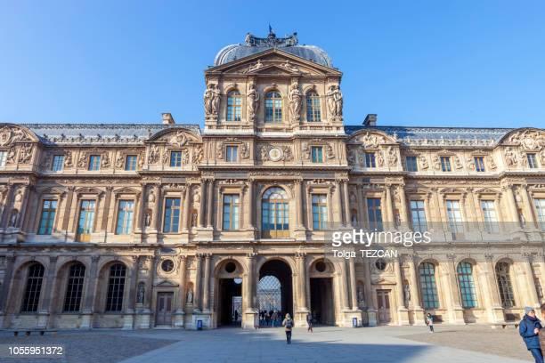 パリの有名なルーブル美術館観 - ルーヴル美術館 ストックフォトと画像