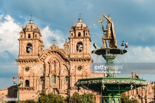 view of the fountain located in the middle of plaza de armas, a city square of cusco, peru. - provinz cusco stock-fotos und bilder