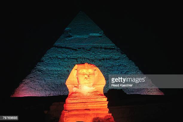 view of the great sphinx and pyramid of khafre at night - gizeh stockfoto's en -beelden