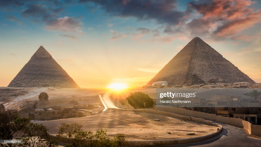 View of The Great Sphinx, Pyramid of Khafre and Great Pyramid of Giza at sunset, Cairo, Giza, Egypt : Stockfoto