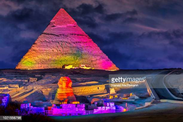 view of the great sphinx, pyramid of khafre at night, cairo, giza, egypt - giza pyramids stock pictures, royalty-free photos & images