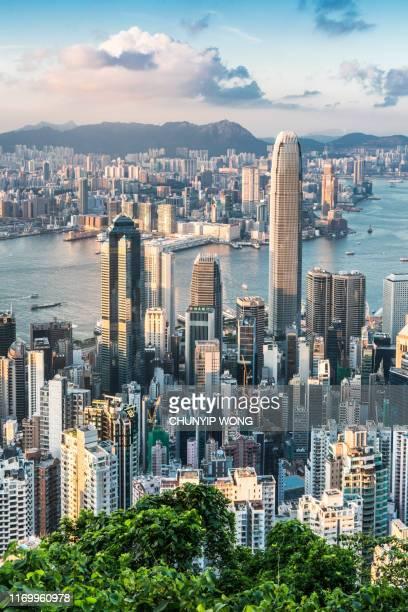 uitzicht op de skyline van hong kong - hongkong stockfoto's en -beelden
