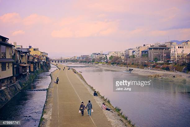 view of the kamogawa river in central kyoto - fluss kamo stock-fotos und bilder
