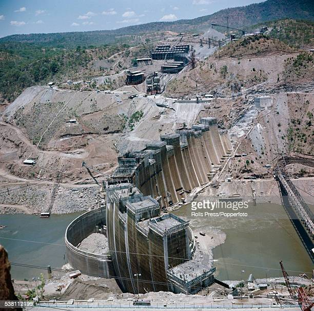 View of the Kariba hydroelectric dam being constructed in the Kariba gorge of the Zambezi river between Zimbabwe and Zambia in southern Africa circa...