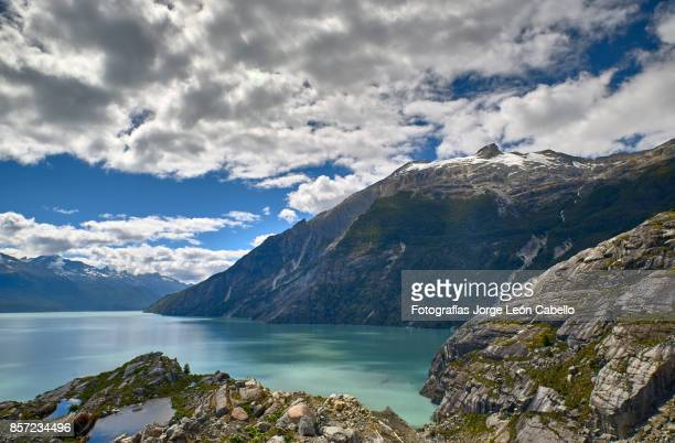 a view of the lake los leones from the rocky west shore next to the glacier. - esmeralda - fotografias e filmes do acervo